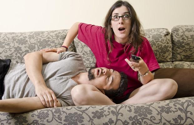 Casal; susto; televisão; propaganda (Foto: Thinkstock)