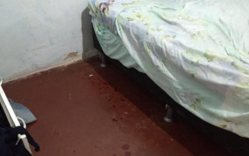 Local em que a vítima foi esfaqueada no rosto e pescoço — Foto: Divulgação/Polícia Civil