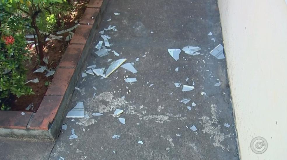 Vidros de casas ao redor de empresa quebraram (Foto: Reprodução/TV TEM)