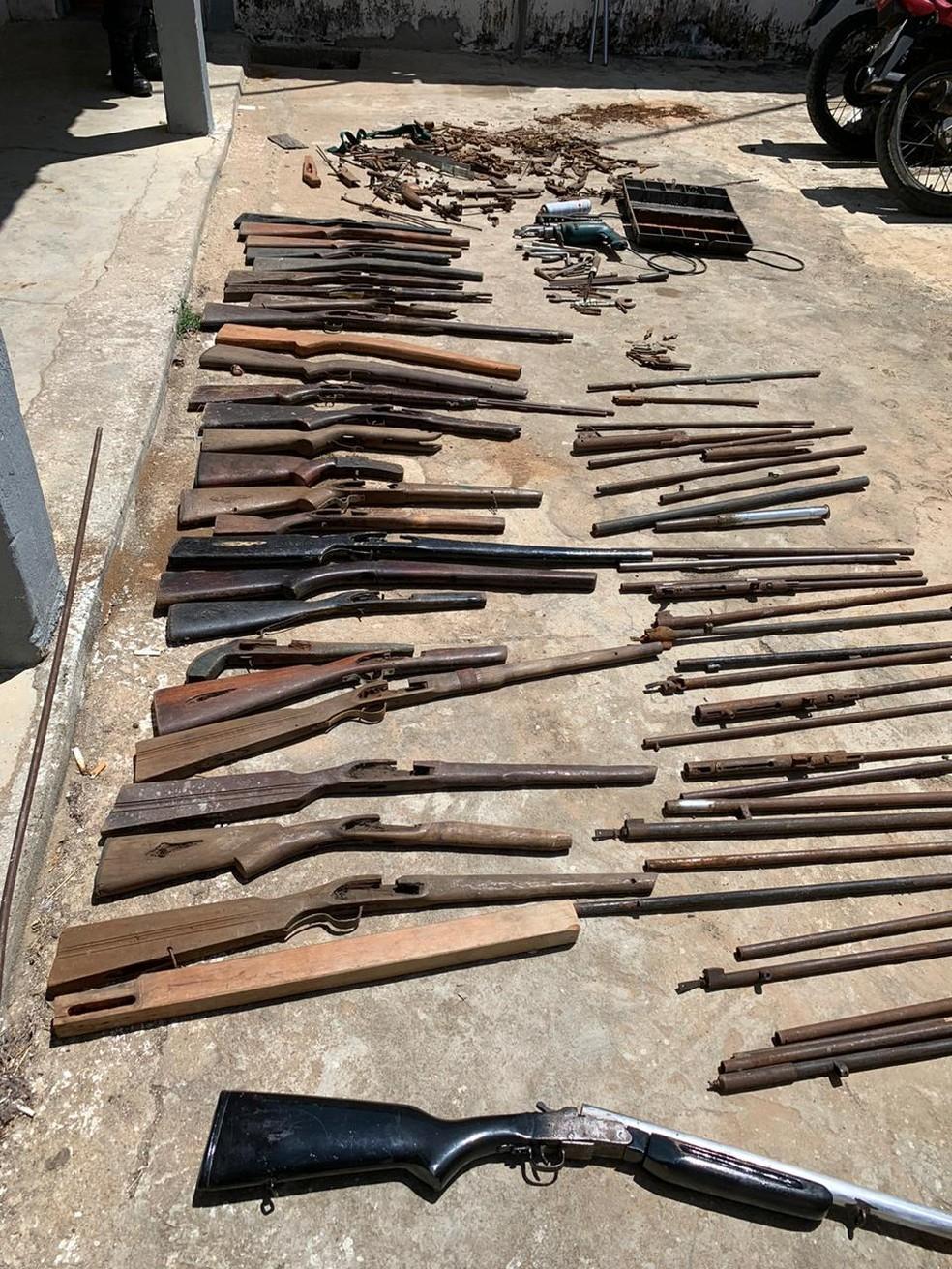 Homem é preso por manter oficina ilegal de fabricação de armas — Foto: Polícia Militar/Divulgação