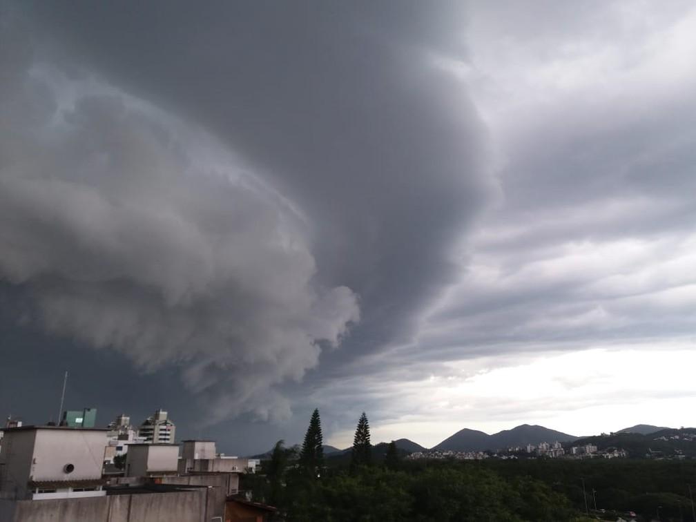 Shelf Cloud foi vista do bairro Trindade, em Florianópolis — Foto: Cristina Nehring/Arquivo Pessoal