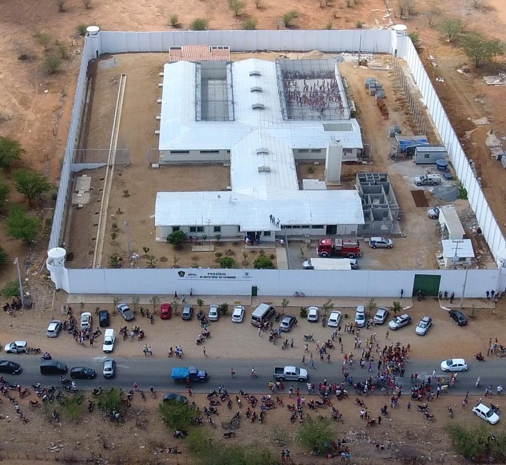 Confusão foi registrada no sábado (4) dentro da unidade prisional, em Santa Cruz do Capibaribe (Foto: Ney Lima/Divulgação)