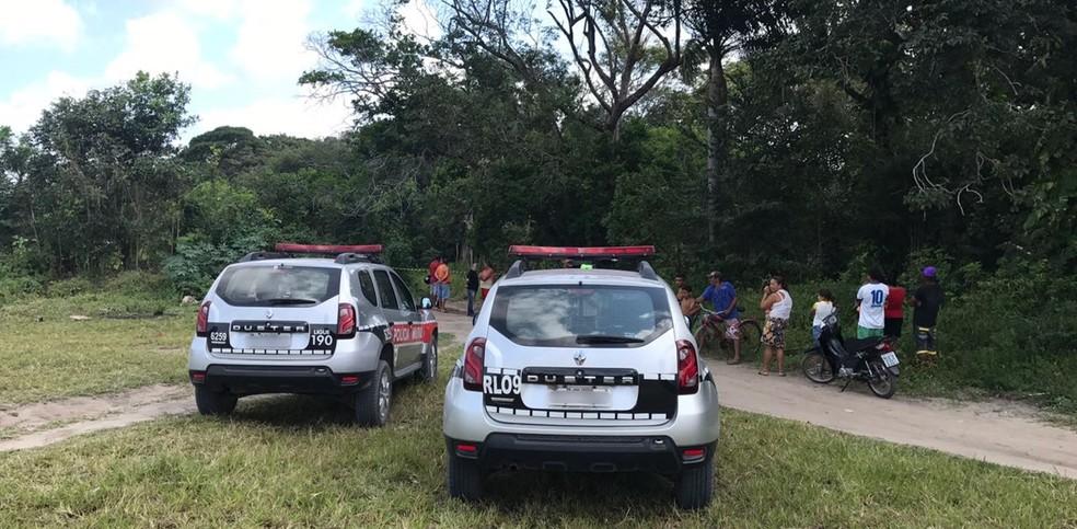 Homem foi encotrado morto com tiros na cabeça e no corpo, mãos e pés amarrados, em matagal no bairro Gramame em João Pessoa (Foto: Walter Paparazzo/G1)