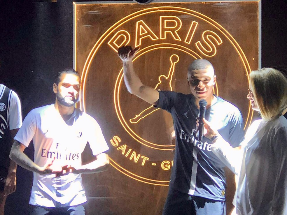 c83b74e37f4 ... Daniel Alves e Mbappé no evento de lançamento do novo uniforme do Paris  Saint-Germain