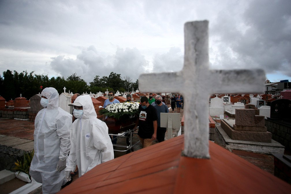 Vítima da Covid é enterrada no cemitério Belém Novo, em Porto Alegre — Foto: Diego Vara/Reuters