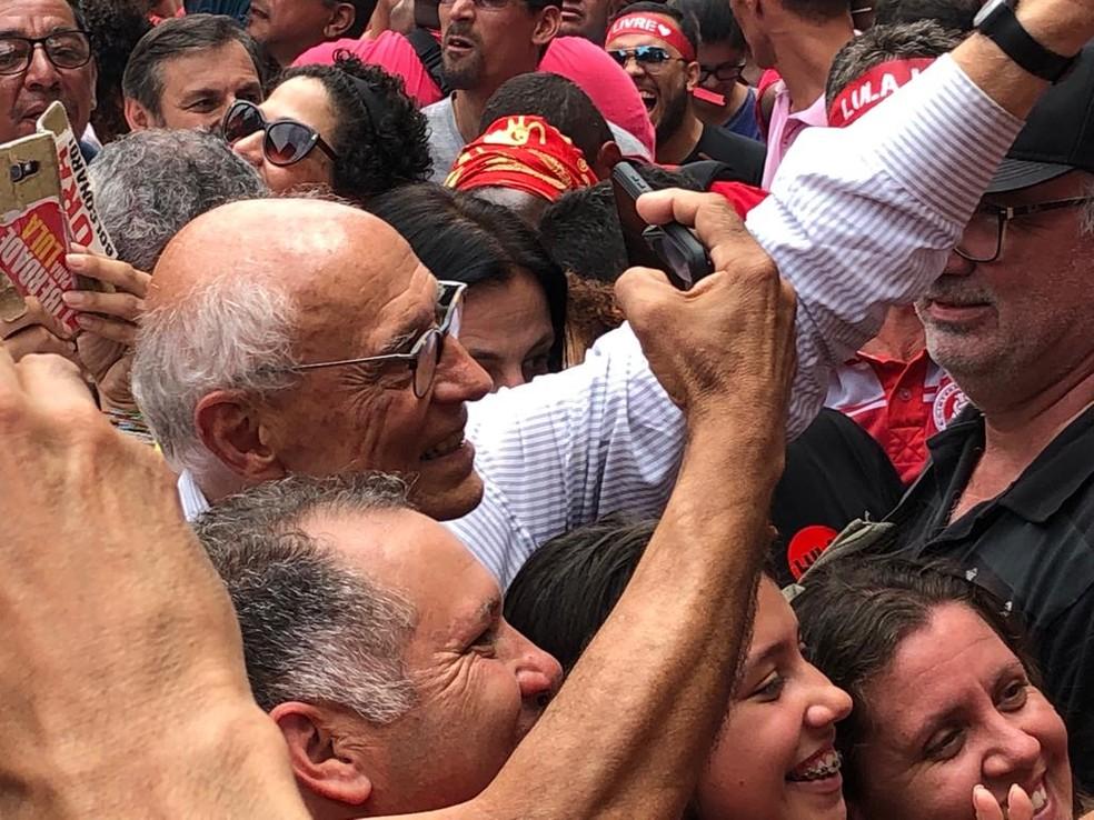 Suplicy participa de festa de recepção a Lula em SBC — Foto: Roney Domingos/G1
