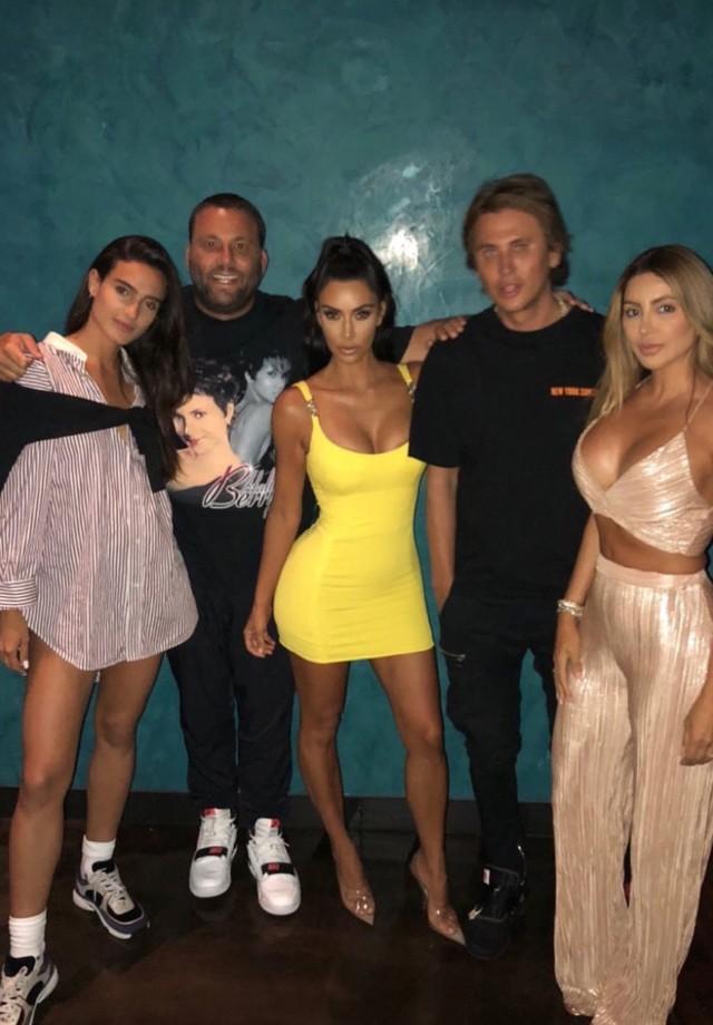 Kim Kardashian janta com amigos em look inspirado em modelo vintage da Versace (Foto: Instagram Kim Kardashian/ Reprodução)