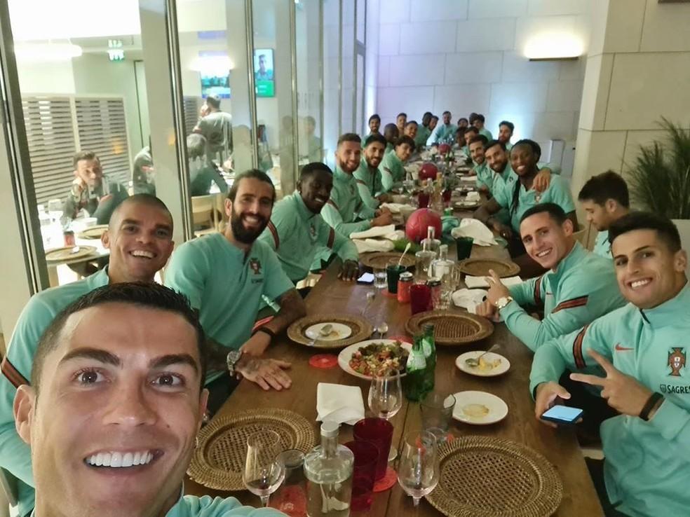 Cristiano Ronaldo postou foto com todo o elenco reunido horas antes de testar positivo para a Covid-19 — Foto: Reprodução/Twitter