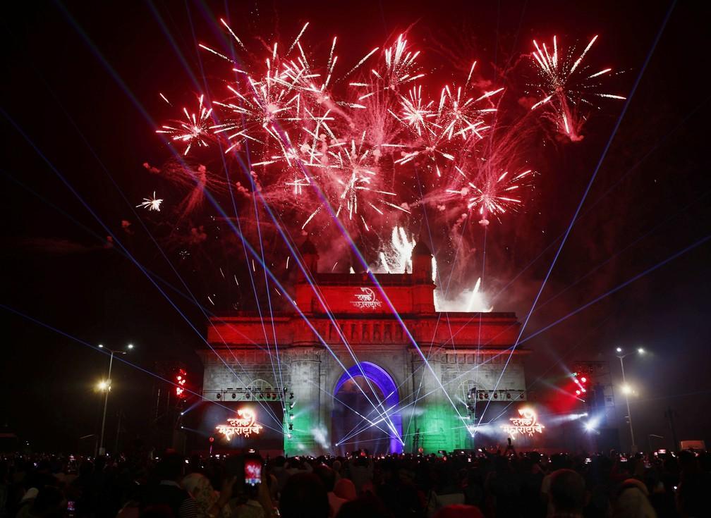 Fogos sobre o Portal da Índia na chegada do ano novo em Mumbai, Índia. — Foto: Francis Mascarenhas/REUTERS