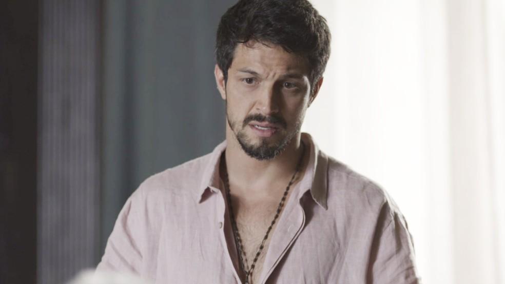 Marcos (Romulo Estrela) fica em choque com revelação de Alberto (Antonio Fagundes) — Foto: TV Globo