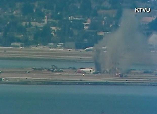 Imagem mostra acidente com avião ocorrido em Aeroporto de San Francisco (Foto: Reprodução/KTVU/CNN)