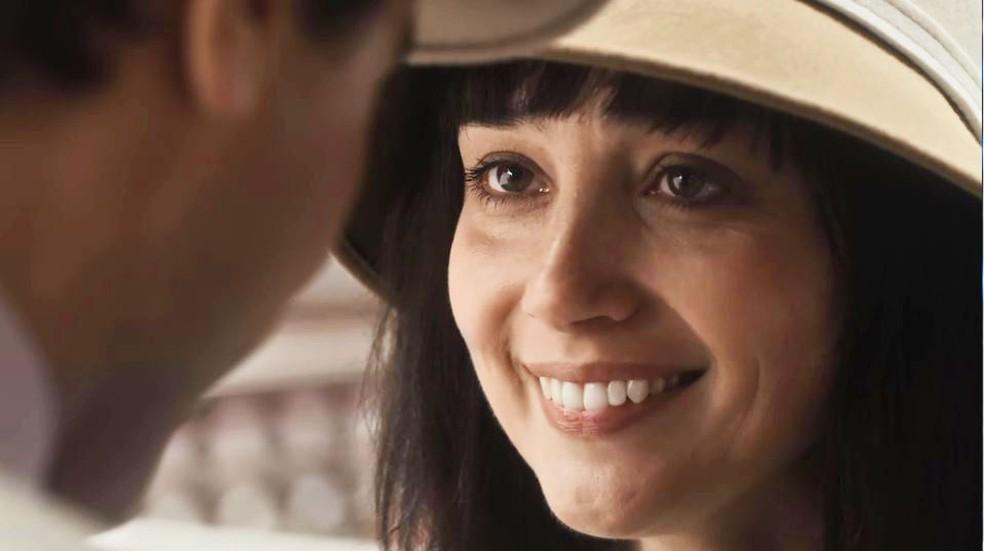 Clotilde (Simone Spoladore) se emociona com surpresa de Almeida (Ricardo Pereira) — Foto: Globo