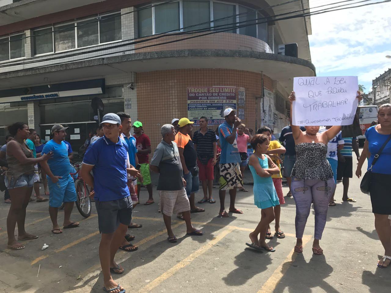 Ambulantes desocupam ruas do Centro de Maceió sob protesto