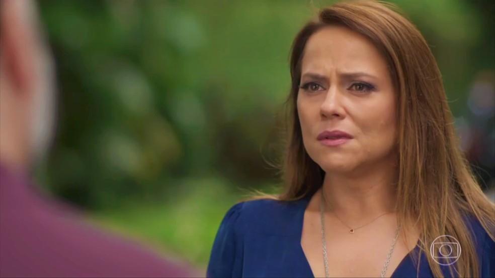 Lili (Vivianne Pasmanter) decide procurar motorista envolvido em acidente — Foto: TV Globo