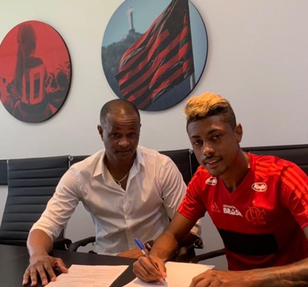 Dênis Ricardo ao lado de Bruno Henrique quando assinou com o Flamengo — Foto: Divulgação