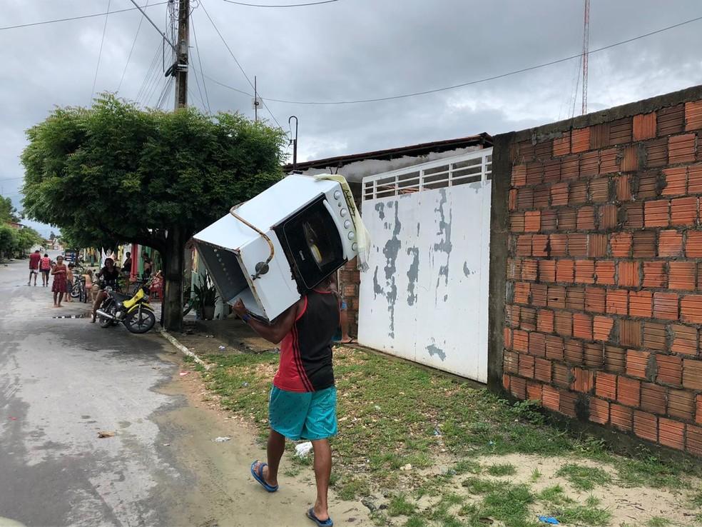 Moradores de Granja tiram eletrodomésticos de suas casas por receio de perder equipamentos com alagamentos — Foto: Foto: Mateus Ferreira