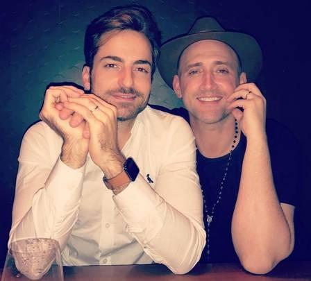 Paulo Gustavo e Thales Bretas após se casarem, em 2015