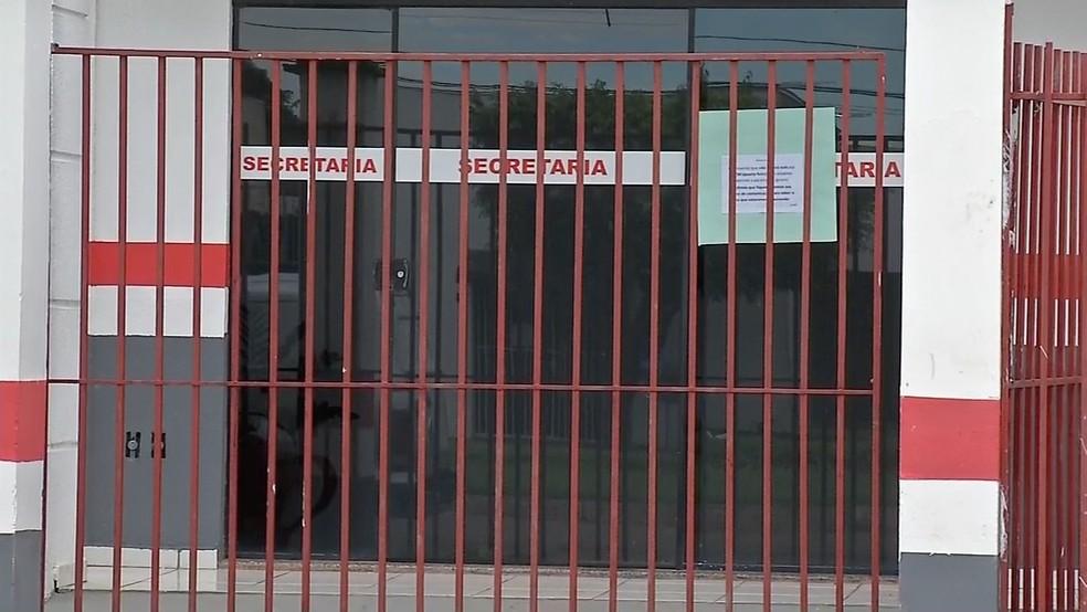 Na Escola Rodrigo Damasceno, pais e alunos encontraram portas trancadas e um comunicado fixado: escola fechada até o dia 18 de abril (Foto: TV Centro América)
