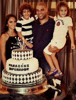 Adriano comemora aniversário de 31 anos com a família em clube no Rio