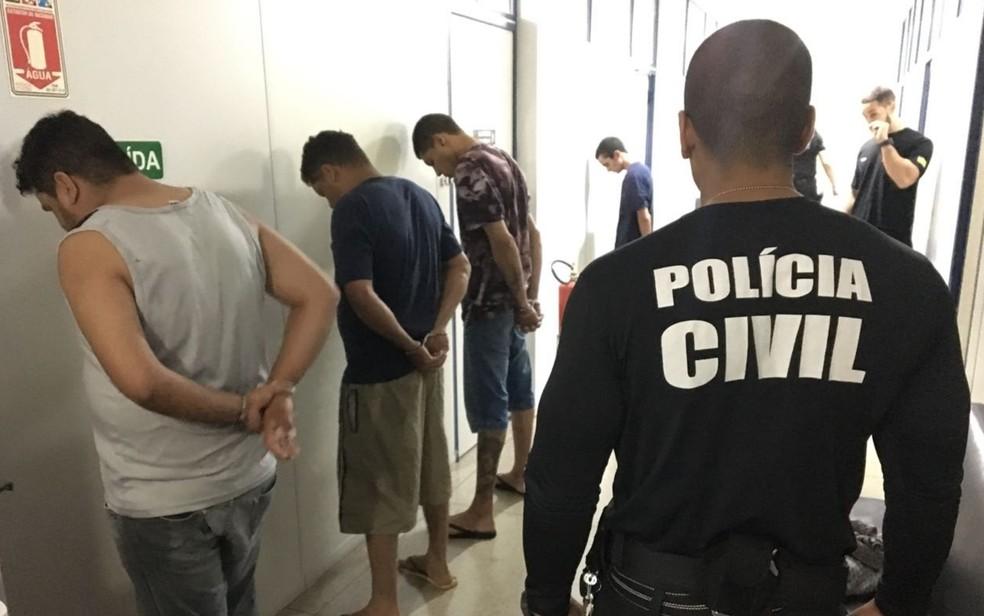 Presos na operação são levados para a delegacia em Goiânia (Foto: Polícia Civil/Divulgação)