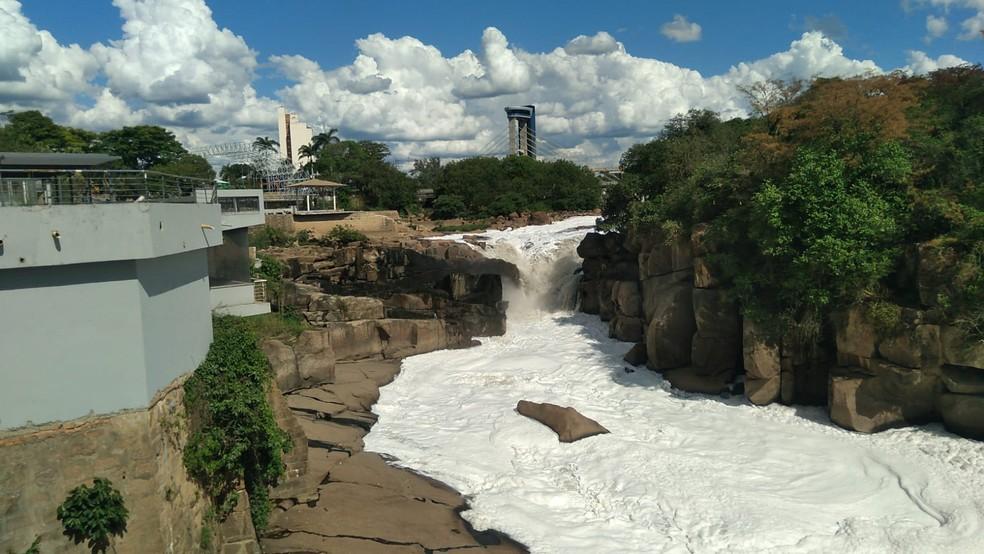 Espuma é o resultado do aumento do volume do rio depois de um longo período de estiagem — Foto: Gilberto Esquerdo/Arquivo Pessoal