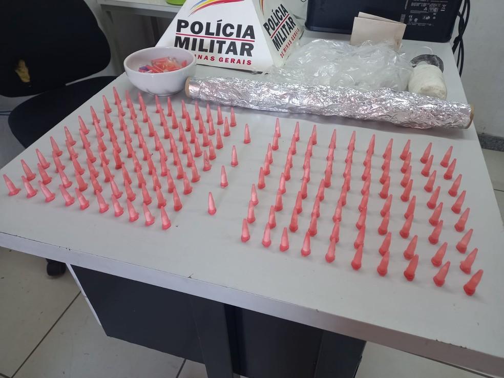 Jovem foi preso no bairro Cidade Nobre com 174 pinos de cocaína — Foto: Polícia Militar/Divulgação