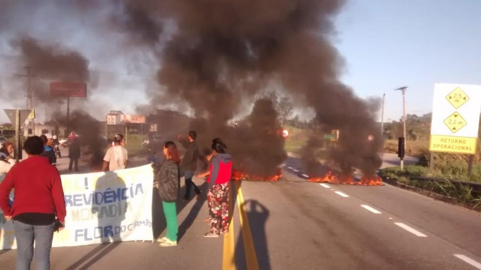TREMEMBÉ, 7h30: manifestantes atearam fogo em pneus e bloquearam a Floriano Rodrigues Pinheiro por 30 minutos nesta sexta-feira (14) — Foto: Charles da Conceição Gomes/ arquivo pessoal