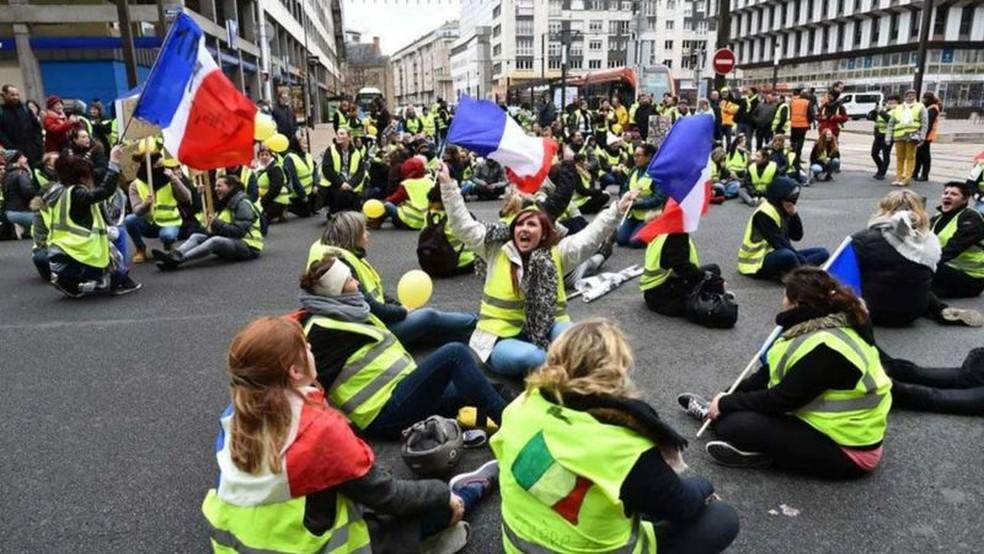 Os coletes amarelos tomaram as ruas de Paris em protesto contra o governo — Foto: Getty Images