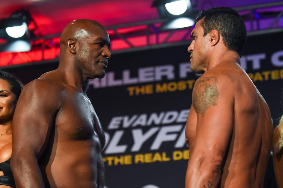Evander Holyfield e Vitor Belfort se encaram na pesagem antes da luta  — Foto: Eric Espada/Getty Images