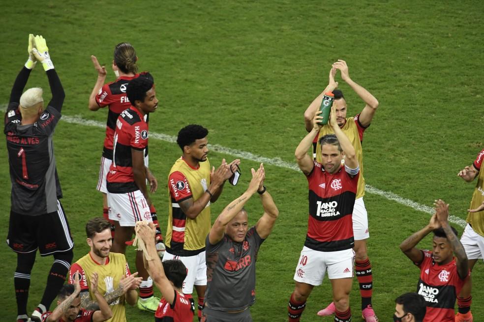 Torcida do Flamengo dá apoio a Diego Alves no Mané Garrincha: O campeão voltou!