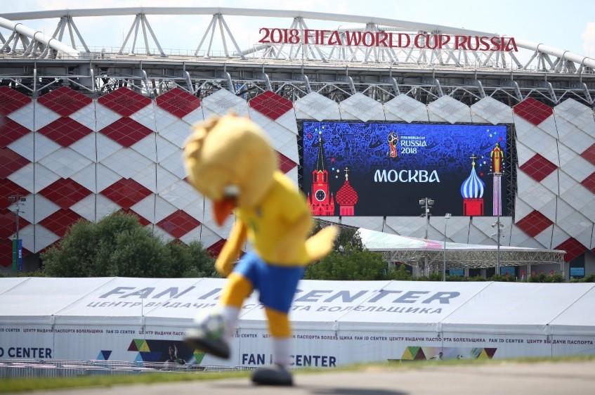 O Mascote da Seleção foi vetado dos jogos, mas não deixa de chegar nos estádios com antecedência (Foto: Lucas Figueiredo/Reprodução Twitter)