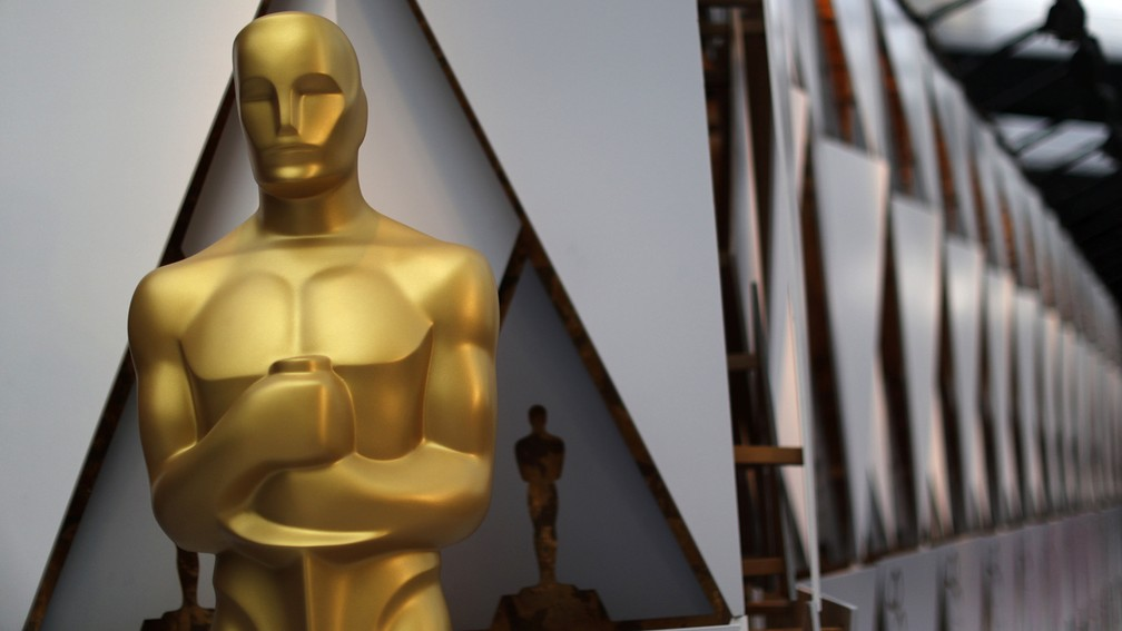 Réplicas da estátua do Oscar decoram o lado de fora do Dolby Theatre, palco da cerimônia em Los Angeles (EUA) (Foto: Lucy Nicholson/Reuters)