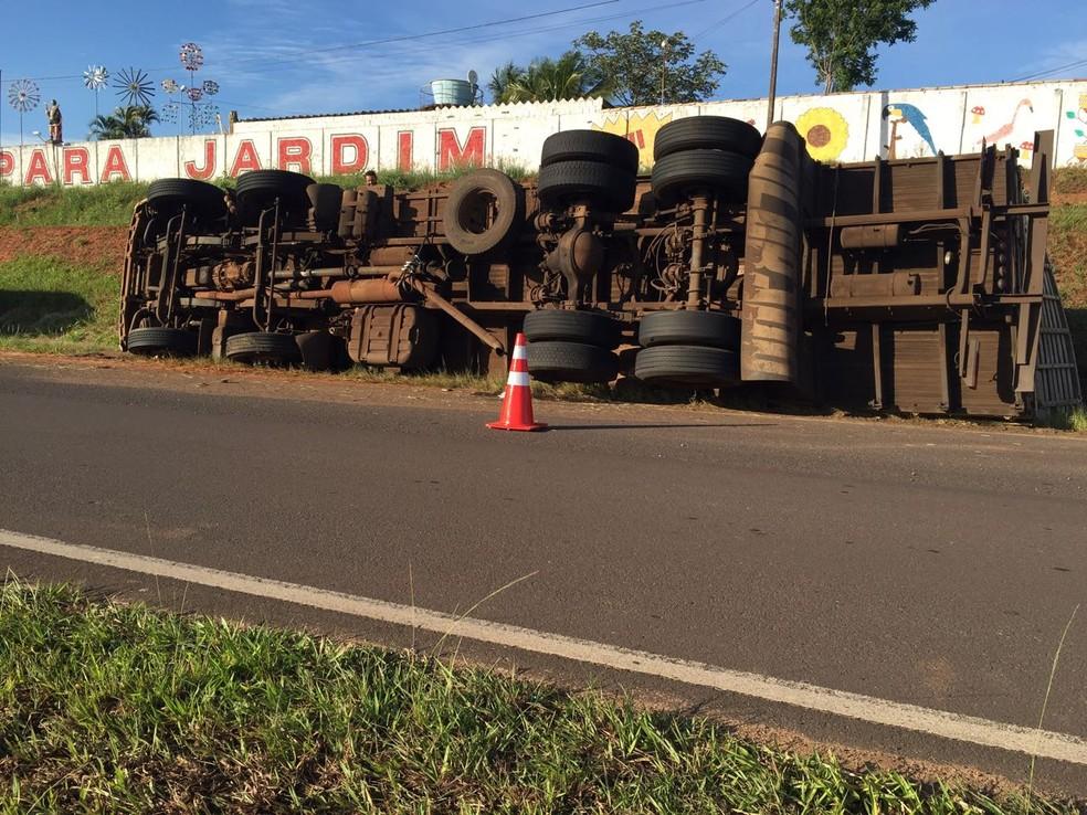 Caminhão tombou na noite deste domingo (3), em Álvares Machado (Foto: Bruna Bachega/TV Fronteira)