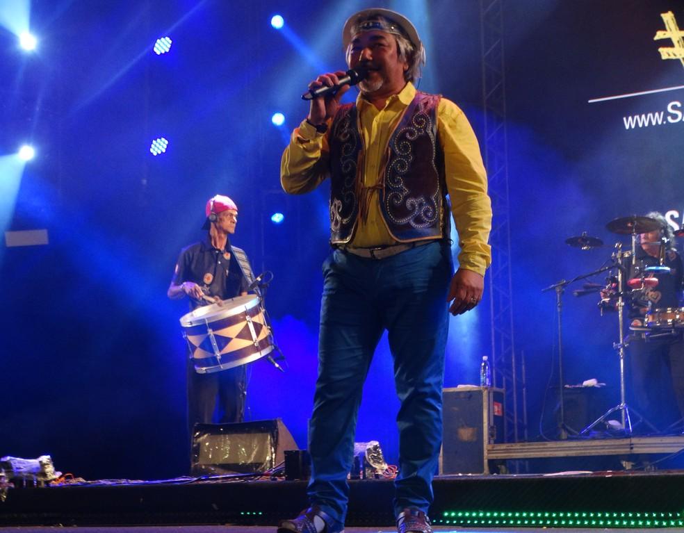 Santanna abriu a noite de shows neste domingo (10) em Caruaru (Foto: Mavian Barbosa/G1)