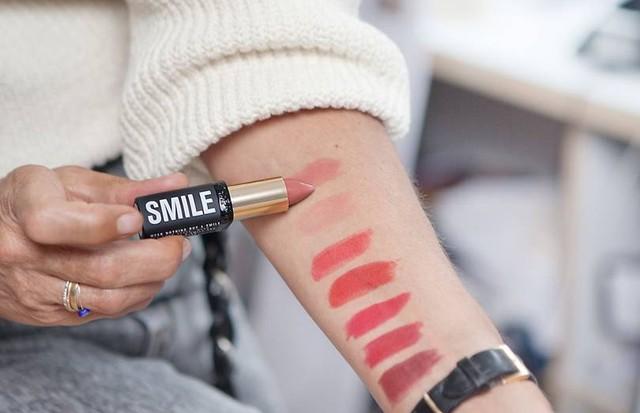 Isabel Marant mostra as cores de seus batons para a collab com a L'Oréal Paris (Foto: Divulgação)