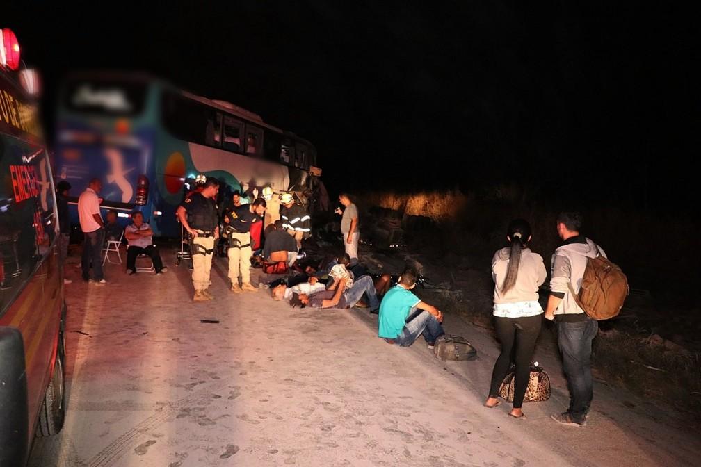 Passageiros do ônibus foram socorridos por ambulâncias da concessionária e pelo Corpo de Bombeiros em MT — Foto: Corpo de Bombeiros de Mato Grosso/Assessoria