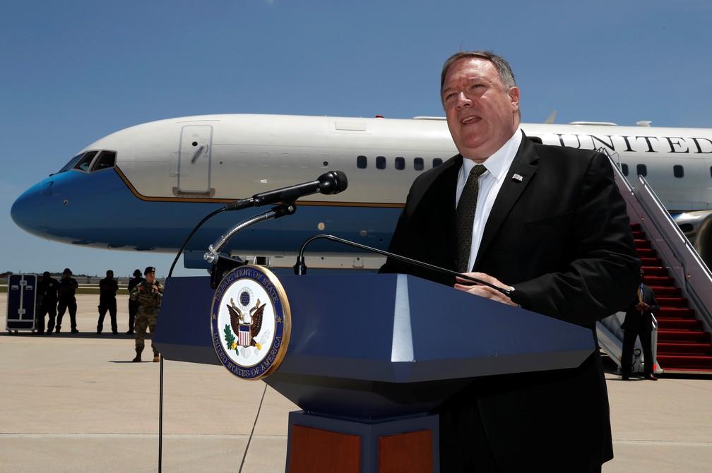 Mike Pompeo concede entrevista antes de embarcar ao Oriente Médio — Foto: Jacquelyn Martin/Pool via Reuters