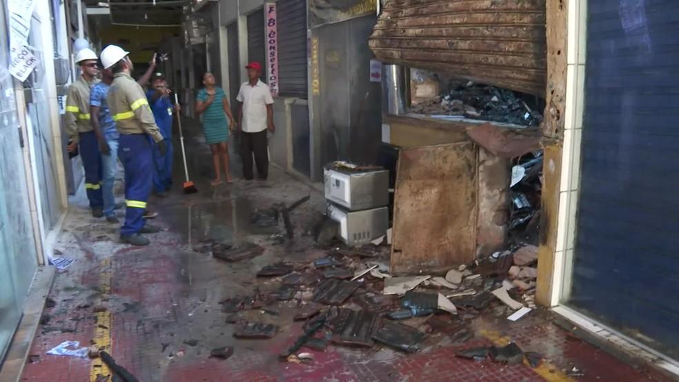 Box do Mercado de Boa Viagem foi destruído pelas chamas nesta segunda-feira (9), na Zona Sul do Recife — Foto: Reprodução/TV Globo