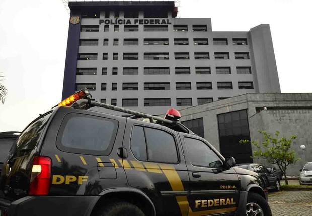 Carro de agentes federais usado na Operação Lava Jato é visto diante da sede da Polícia Federal (Foto: Rovena Rosa/Agência Brasil)