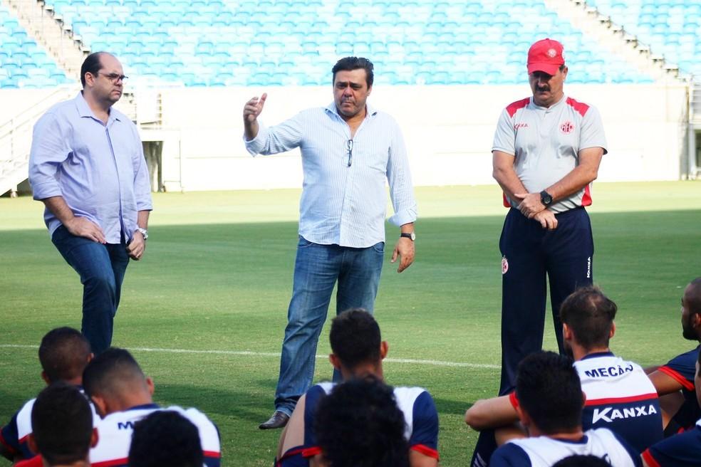 Eduardo Rocha (ao centro) apostou em continuidade de Leandro Campos no início do ano (Foto: Canindé Pereira/América FC)