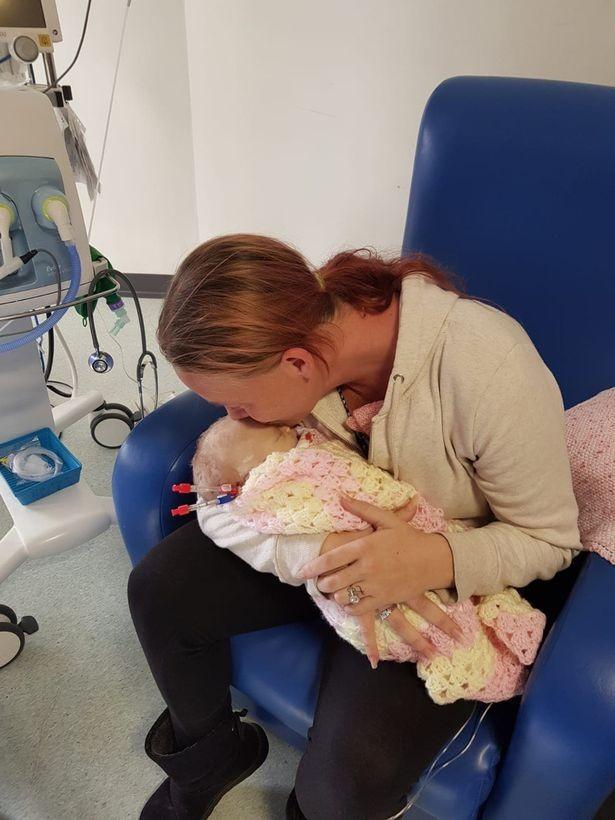 O triste momento em que a mãe se despede da filha (Foto: PA Real Life)