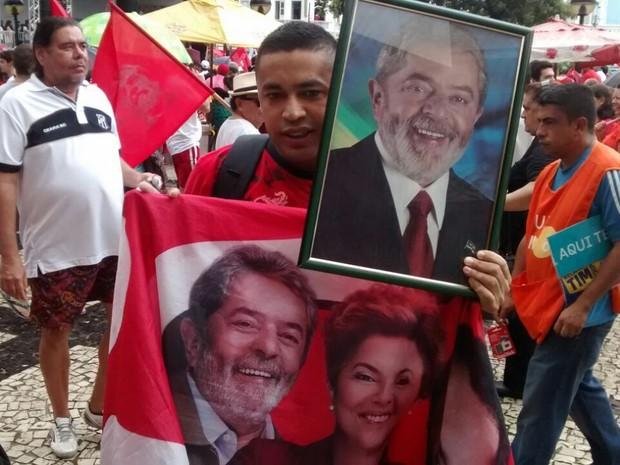 Fã levou fotos de Lula (Foto: Andre Teixeira/G1)