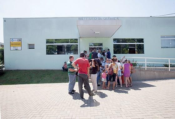 BUSCA Pacientes e familiares na USP em São Carlos, à espera das cápsulas de fosfo. Na quinta-feira, dia 15, logo de manhã, as cápsulas haviam acabado (Foto: Rogério Cassimiro/ÉPOCA)