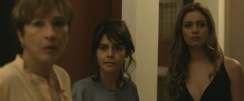 Kiki aparece, ao lado de Nanda, e presencia as ameaças. Ela fica surpresa com a atitude de Vitor (Foto: TV Globo)