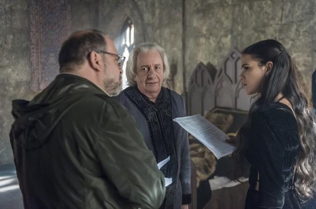 Fabricio Mamberti dirige Marco Nanini e Bruna Marquezine em cena de 'Deus salve o rei' (Foto: Rede Globo / Cesar Alves)