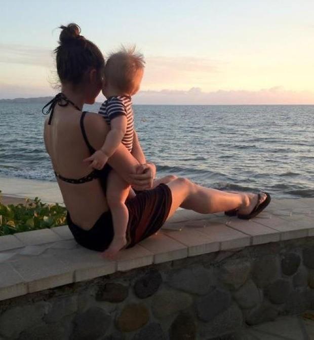 Ariane e seu filho ainda bebê, em foto de 2012 (Foto: Reprodução Facebook)