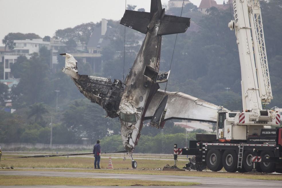 Equipes atuam na retirada da aeronave de pequeno porte que sofreu acidente no Campo de Marte, em São Paulo (Foto: MISTER SHADOW / ASI / ESTADÃO CONTEÚDO)