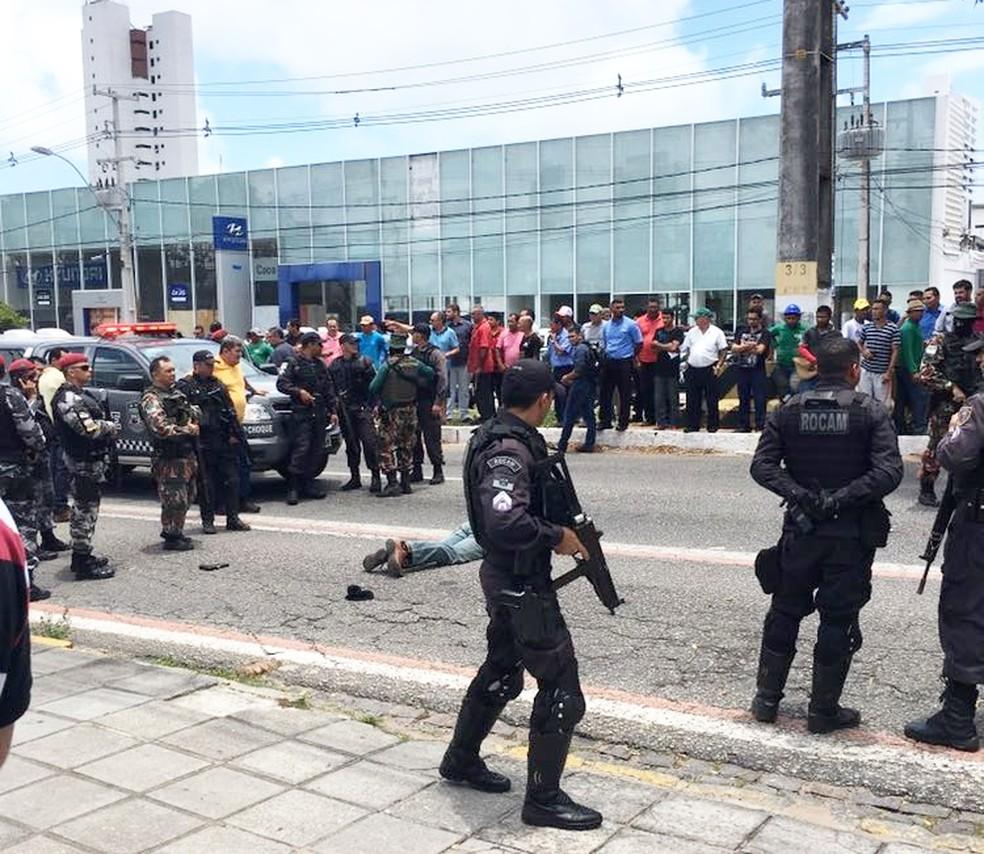 Suspeito morreu durante o confronto  (Foto: Divulgação/PM)