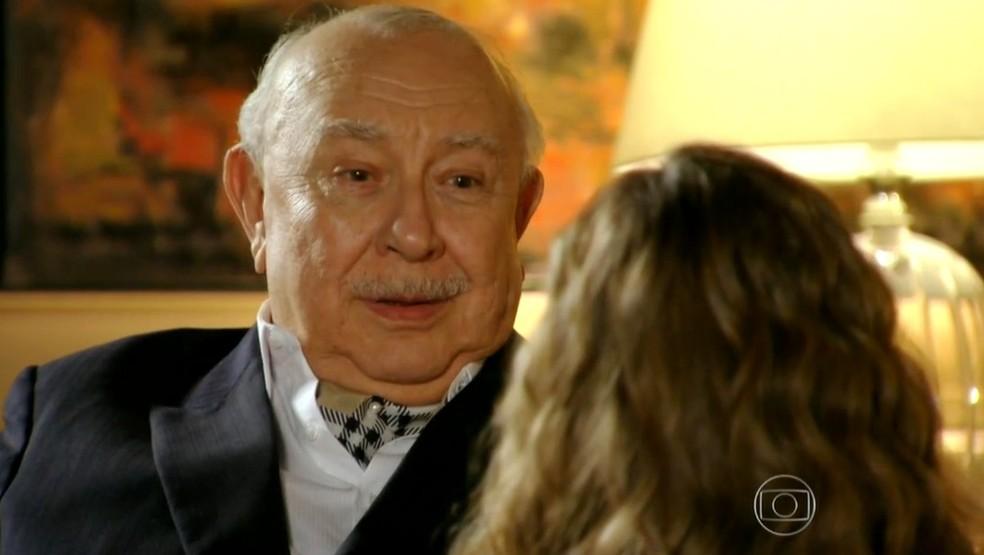 Em 'Flor do Caribe', Dionísio (Sérgio Mamberti) se surpreende quando Ester (Grazi Massafera) lhe pede perdão — Foto: Globo