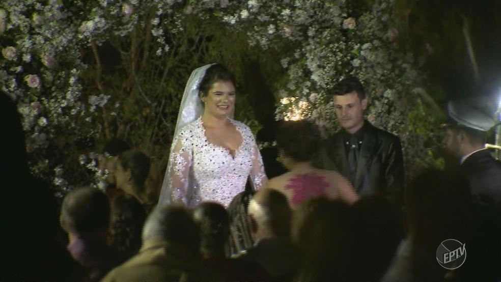 Após susto da queda do helicóptero, noiva subiu ao altar em Vinhedo (SP) (Foto: Reprodução/EPTV)